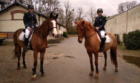 En selle pour la compétition équestre de l'École militaire d'équitation
